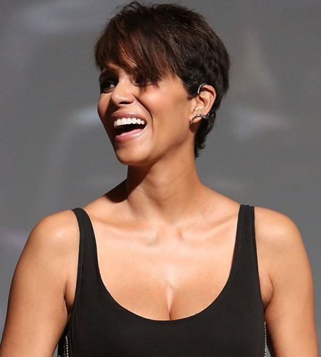 coupes de stars toutes les modeles et sytles de coiffures de halle berry photos grande resolution. Black Bedroom Furniture Sets. Home Design Ideas